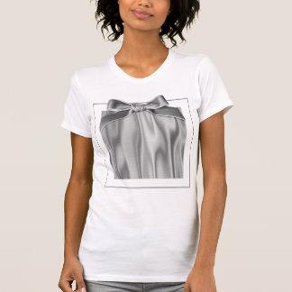 Olhe do tecido cinzento liso do cetim nas dobras t-shirts