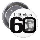 Olhe quem é botão preto e branco/crachá de 60 foto pins