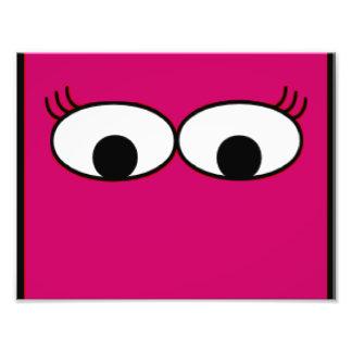 Olhos doces do monstro em um fundo do rosa quente impressão de foto