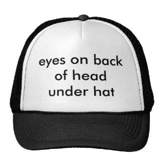 olhos na parte traseira de cabeça sob o chapéu boné