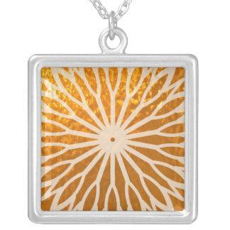 Ondas douradas do diamante da energia colar com pendente quadrado