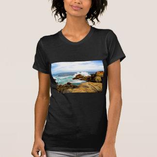 Ondas que deixam de funcionar na costa rochosa tshirts