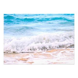 Ondas que quebram na costa tropical convites personalizado
