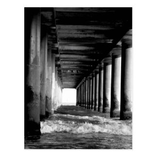 ondas sob um cartão preto e branco do cais