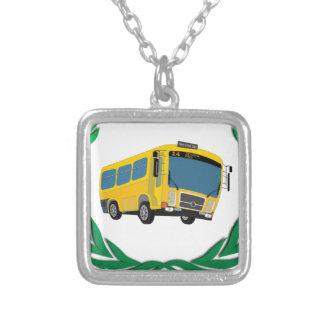 ônibus no verde colar banhado a prata