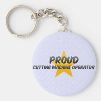 Operador de máquina orgulhoso do corte chaveiros