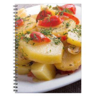 Opinião do close up de um prato de vegetariano da caderno