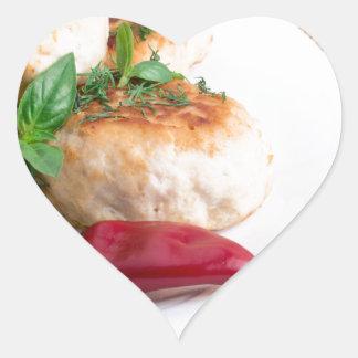 Opinião do close up dos meatballs fritados em uma adesivo coração