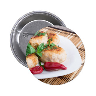 Opinião do close up dos meatballs fritados em uma bóton redondo 5.08cm