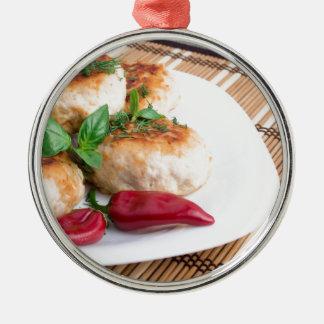 Opinião do close up dos meatballs fritados em uma ornamento redondo cor prata