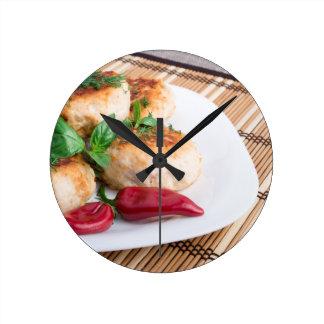 Opinião do close up dos meatballs fritados em uma relógios para pendurar