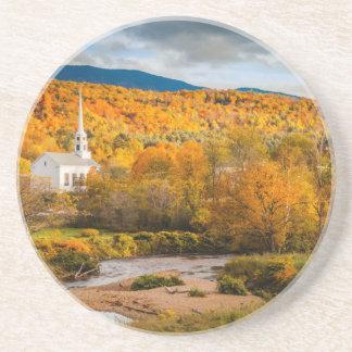 Opinião do outono da igreja da comunidade em Stowe Porta Copos De Arenito