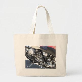 Opinião lateral cromada motocicleta do detalhe do bolsa tote grande