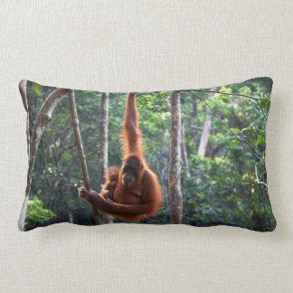 Orangotango e bebê da mãe almofada lombar