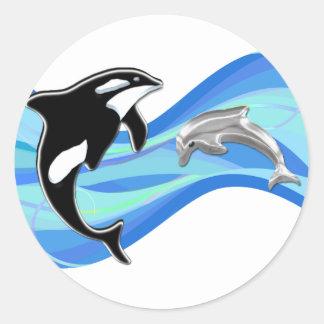 Orca e golfinho nas ondas adesivos em formato redondos