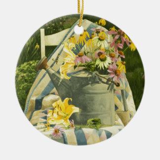 Ornamento De Cerâmica 1138 latas molhando na edredão no jardim