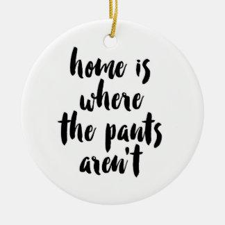 Ornamento De Cerâmica A casa é o lugar onde as calças não são citações