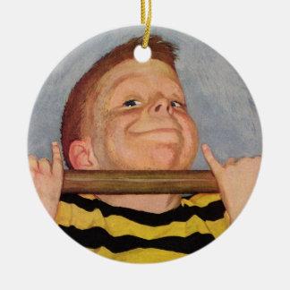 Ornamento De Cerâmica A criança do vintage, menino que faz Chin levanta,