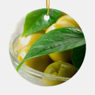 Ornamento De Cerâmica A ideia macro das azeitonas com verde deixa o