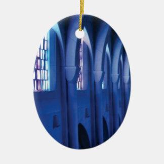 Ornamento De Cerâmica a luz entra na igreja escura