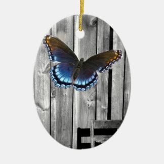 Ornamento De Cerâmica A madeira resistida afligida embarca a borboleta