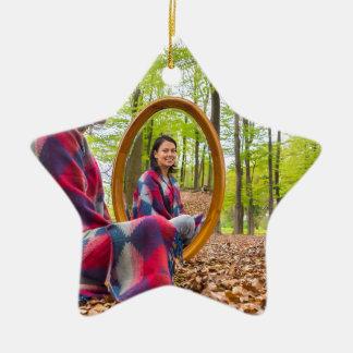 Ornamento De Cerâmica A mulher senta-se com o espelho na floresta