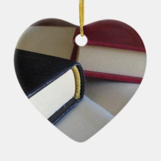 Ornamento De Cerâmica A segunda mão registra com páginas vazias em uma