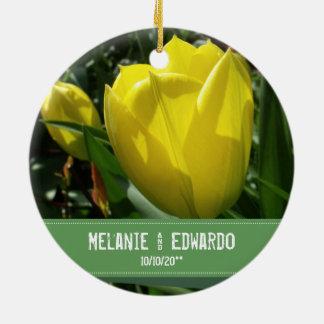 Ornamento De Cerâmica A tulipa amarela floresce o casamento