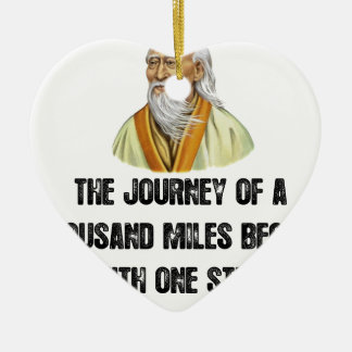 Ornamento De Cerâmica a viagem de mil milhas começa com um canto
