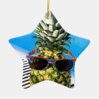 Ornamento De Cerâmica Abacaxi que veste óculos de sol na piscina