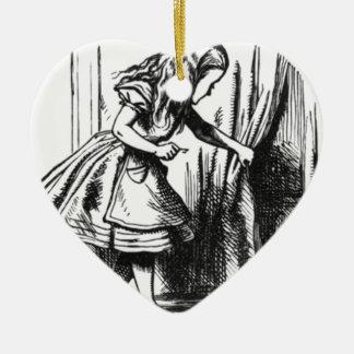 Ornamento De Cerâmica Alice encontra uma porta