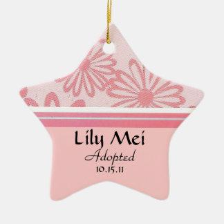 Ornamento De Cerâmica Anúncio floral da adopção da margarida cor-de-rosa