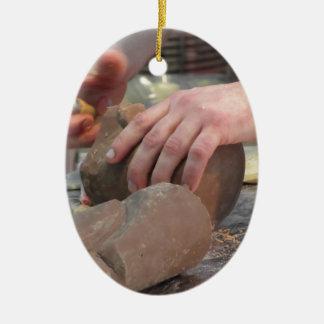 Ornamento De Cerâmica As mãos cortaram uma escultura de um chocolate