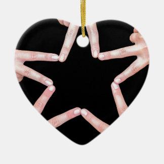 Ornamento De Cerâmica As mãos das meninas que fazem a estrela dão forma
