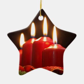 Ornamento De Cerâmica As velas vermelhas de um advento envolvem-se com