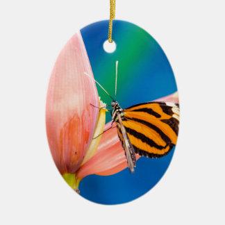 Ornamento De Cerâmica Aterragem da borboleta na flor roxa