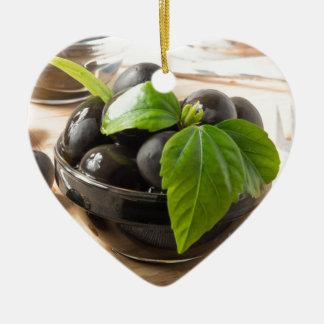 Ornamento De Cerâmica Azeitonas pretas nos copos de vidro com óleo
