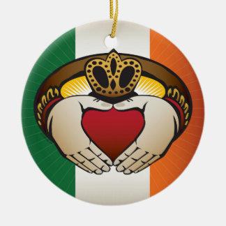 Ornamento De Cerâmica Bandeira irlandesa com anel de Claddagh