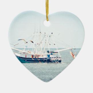 Ornamento De Cerâmica Barco azul do camarão no oceano