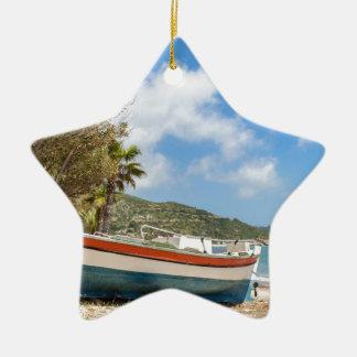 Ornamento De Cerâmica Barco colorido que encontra-se na praia grega