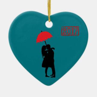 Ornamento De Cerâmica Beijando o guarda-chuva vermelho 2017 do casal