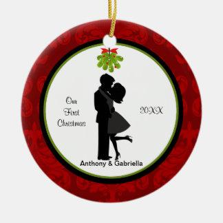 Ornamento De Cerâmica Beijando o primeiro Natal do casal Ornament junto