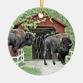 Ornamento De Cerâmica Bisonte americano engraçado na ponte coberta