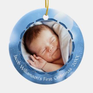 Ornamento De Cerâmica Bokeh azul/branco do primeiro Natal do bebé, 2