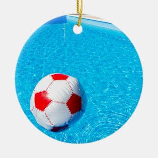 Ornamento De Cerâmica Bola de praia que flutua na água na piscina