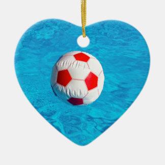 Ornamento De Cerâmica Bola de praia que flutua na piscina azul