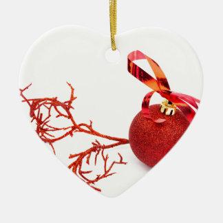 Ornamento De Cerâmica Bola vermelha do Natal com o galho no fundo branco