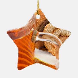 Ornamento De Cerâmica Bolo de esponja com o enchimento e o chá do