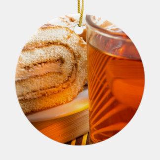 Ornamento De Cerâmica Bolo de esponja de Brown e copo do chá quente