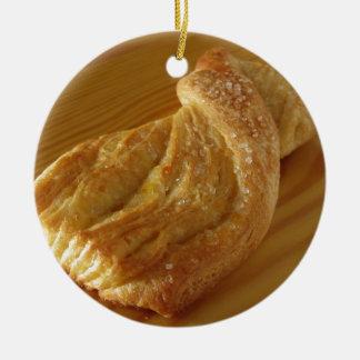 Ornamento De Cerâmica Bolo frito em uma mesa de madeira